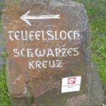 Wegweiser zum Schwarzen Kreuz und dem Teufelsloch am Bahnhof Altenahr