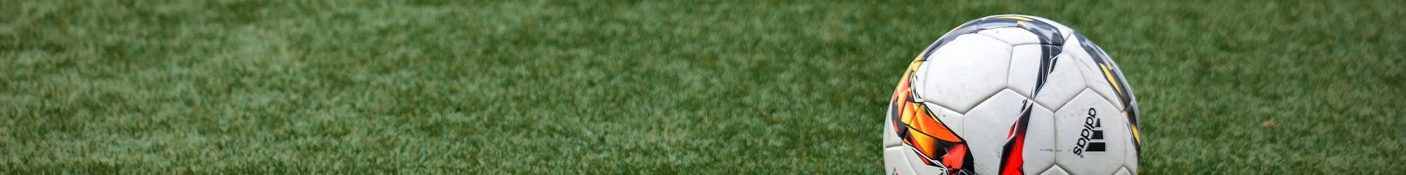 Fußball auf einem Fußballfeld