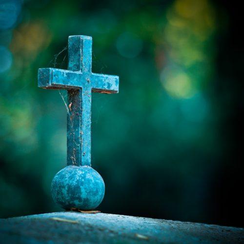 Ein Kreuz auf einem Grab