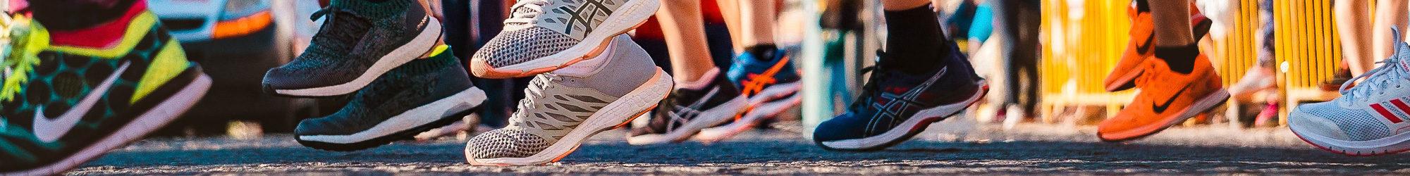 Füße mit Turnschuhen beim Laufevent